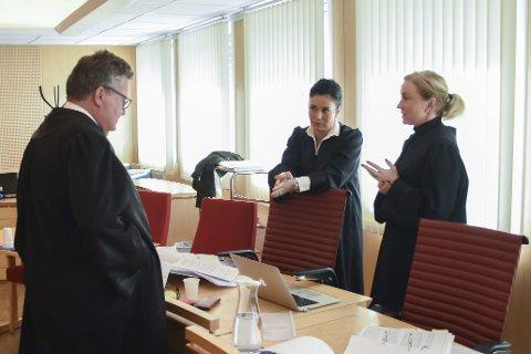 Det var mange følelser i spill under hovedforhandlingen i Salten tingrett. Her er forsvarer Tor Haug i samtale med bistandsadvokat Kristin Fagerheim Hammervik og politiadvokat Charlotte Marie Ringkjøb i en pause.