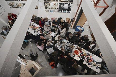 Suksess: Verkstedet «STOPP» ble opprinnelig laget i forbindelse med en utstilling som Kari Steihaug hadde på Galleri ROM i Oslo i mars og april i år og med Eva Bakkeslett som kurator. Verkstedet ble en kjempesuksess med over 30 entusiastiske, unge stoppere. Foto: Privat