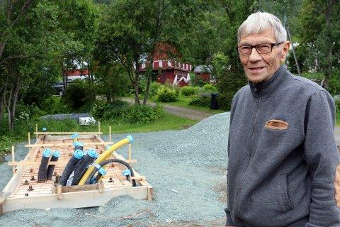 NÆRMESTE NABO: Helmer Guttormsen bor i det røde huset rett bak trærne. Da han kom hjem frra en begravelse onsdag, sto det en halvbyg ladestasjon for elbiler itett inntil oppkjørselen uten at han hadde fått nabovarsel om dette.