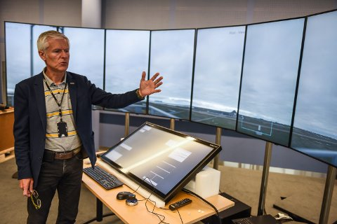 Geir Ove Heir forklarer hvordan det hele fungerer. Her viser han live-bildene fra Røst.