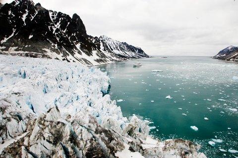 Svalbard, 20060619: Isbreen Waggonwaybreen i Magdalenefjorden på Svalbard. Onsdag slapp Norsk Polarinstitutt nyheten om at de nå kan dokumentere at isbreene de har fulgt de siste 30 år på Svalbard nå minker atskillig raskere enn tidligere. Foto: Erik Johansen / SCANPIX .