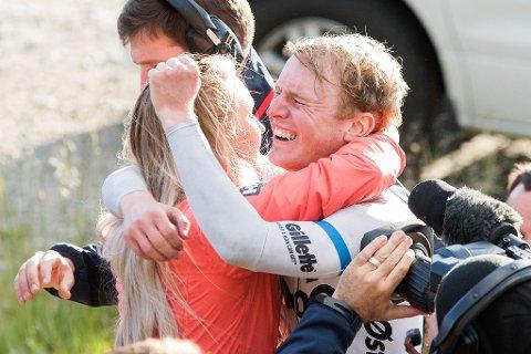 Kjæresten Julie Aarmo Johannessen var raskt frampå for å gratulere August Jensen, mens seierstårene trillet. Foto: Rune Dahl/ARN