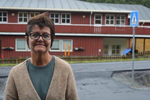 Elisabeth Rindahl ved Tusseladden Barnehage er ikke fornøyd med trafikksikkerheten utenfor barnehagen, og mener det burde bli tydligere fartsdempere.