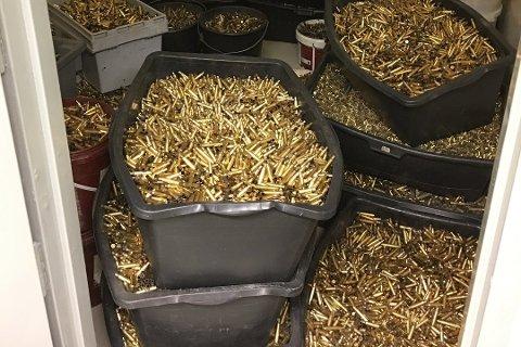 En del av beslaget på 2.600 kilo tomhylser politiet fant i bobilen.