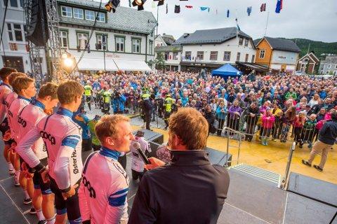 Thor Hushovd intervjuer August Jensen på lagpresentasjonen i Harstad onsdag kveld i forkant av årets Arctic Race.