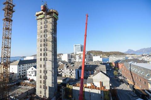 Det 55 meter høye trappe- og heistårnet står klart.