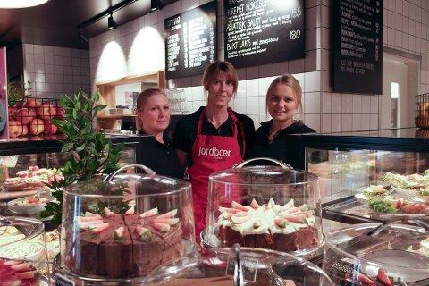 Smilefjes: Ellen Marie Johansen, Cathrine Nilsen og Malin Mikkelensen ved Jordbærpikene har fått smilefjes av Mattilsynet. Foto: Oda Oldertrøen