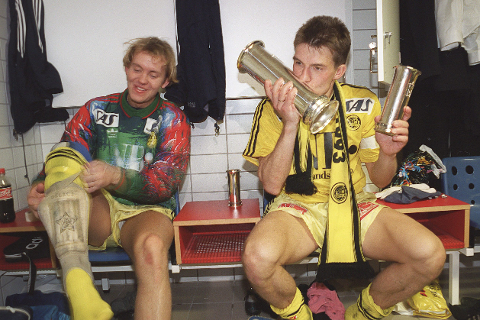 Rohnny Westad tok på ingen måte av etter at Glimt ble cupmester. Her sammen med kaptein Ola Haldorsen.