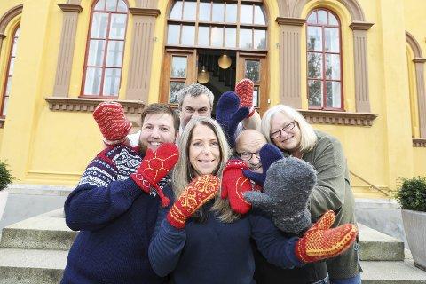 Varme hender: Hedi Fagervik (foran) og resten av de ansatte på Nordlandsmuseet vil ha dine votter til utstillingen som åpner 12. november.Foto: Helge Grønmo