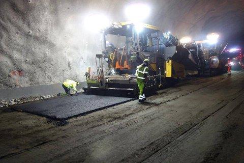 Et første lag med asfalt i Tjernfjelltunnelen.