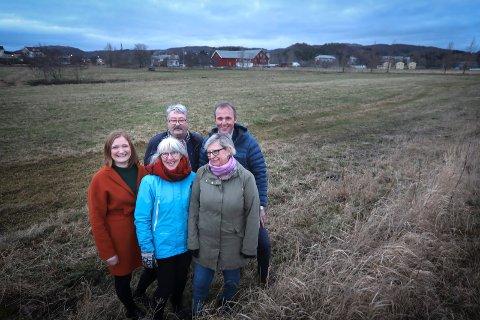 Fylket har gitt fra seg 25 mål, og avtalen om Rønvikjordene er i havn. Foran Astrid Olsen (SV), Ingrid Lien (Sp) Bak ordfører Ida Pinnerød (Ap), fylkesråd Knut Petter Torgersen (Ap) og Morten Melå (Ap)