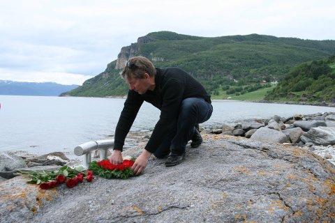 """Minnested: Sommeren 2011 avduket Arne Marthinsen minnesmerket over fiskeskøyta """"Peder Vinje"""" som tok med seg hans far og 13 andre menn i dypet."""