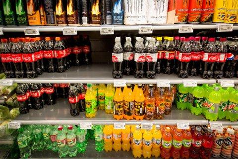 SLUTT PÅ VAREFREMMING: Coca Cola får ikke lenger plassere brusen i hyllene til dagligvarebutikkene. Foto: Paul Weaver