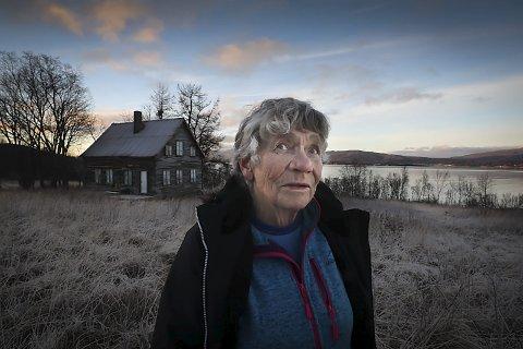 Gammelhuset:  Barndomshjemmet ligger bare noen meter fra  Karins hytte. Hun har mange gode minner fra gammelhuset, og håper det står ut hennes tid.