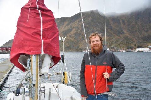 Andreas Steffensen stortrives med å bo på båt, og etter et år begynner han å få dreisen på seilinga. Foto: Synne Mauseth