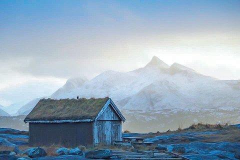 Vintervær: Børvasstindan sett fra Bodøsjøen, dekket i snø og sol.