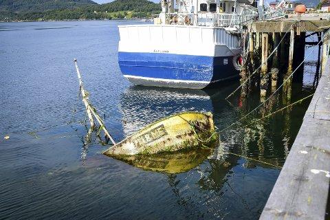 Nedsunket: Fiskebåten «Turbo» har ligget under vann i snart to år etter at den sank for andre gang ved Sjystjerna-kaia på Ørnes.