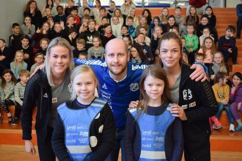 Junkeren var godt representert på Rønvik skole. Her ved (fra venstre) Helene Nielsen, Runar Bo Eriksen og Guri Nikolaisen, sammen med elevene Mina Annie Myrvold og Amathea Krone Normann.