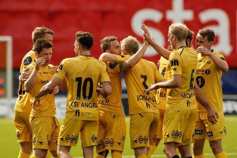 Trond Olsen gratuleres av lagkameratene under 1. divisjons kampen mellom Bodø/Glimt og Jerv på Aspmyra stadion. Nå er Olsen klar for nye mål i Eliteserien.