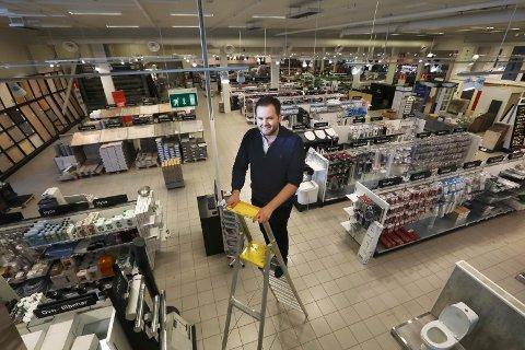 Viktig: Andreas Johansen er daglig leder for en av få kjeder som skal selge den nye varen i Norge. I løpet av noen dager kan du selv finne ut om du er smittet ved å kjøpe en selvtester i fem av deres butikker i Nordland.