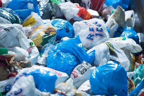 Oslo  20171002. Daglig passerer mengder med søppel og plast  på Haraldrud gjenbruksstasjon på Brobekk i Oslo. Foto: Terje Pedersen / NTB scanpix