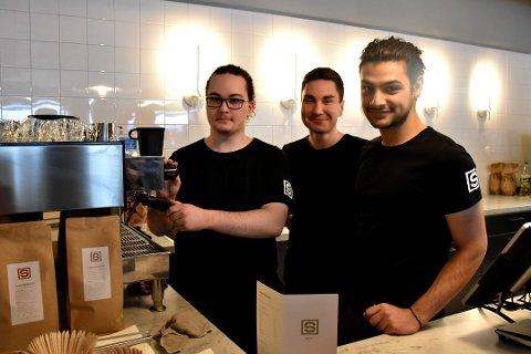 Elias Bergseth, Milosh Pejakovic og Hassam Al Buany er alle ansatt hos kafeen Samvirkelaget.