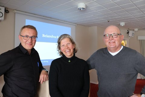 Et nytt Internasjonalt Villakssenter er tenkt oppført i Beiarn. (F.v) Rådmann Ole Petter Nybakk, sekretær for Beiarelva SA Gudbjørg Navjord og næringskonsulent i kommunen Bjørnar Brændmo.