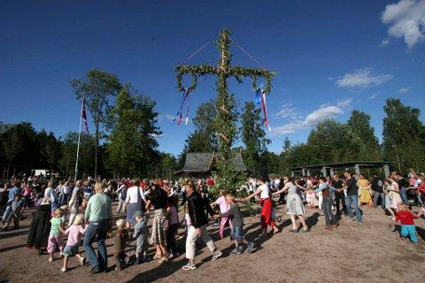 FEIRING: St. Hans-feiring på svensk vis på Folkemuseet på Bygdøy. St. Hans er en fridag i Sverige, men er ikke i Norge.
