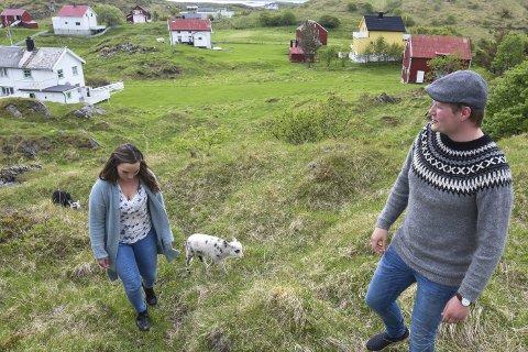 Fortviler: Marit Skogsholm (31) og Tommy André Ingebrigtsen (31) stortrives sammen utenfor Bodø, men de frykter at reiseveien til blant annet deres datter vil bli langt mer farligere og krevende om transporttilbudet kuttes.