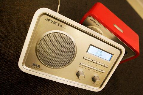 Norge er det eneste land i verden som har faset ut det riksdekkende FM-nettet og gått over til dab. Nå krever Senterpartiet at FM-nettet skrus på igjen.