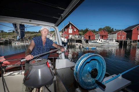 Tom Pettersen har gjort drømt til virkelighet og blitt yrkesfisker. Men da han skulle ta i bruk brygga han har arvet (naust nummer to fra venstre), fant han den bygget inne. Det skaper store utfordringer med å få levert fisken han tar opp.
