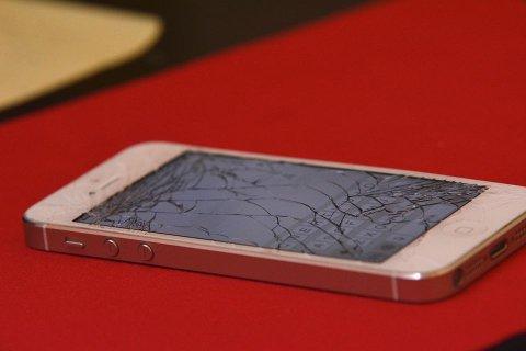 På ett år er 32.000 mobiler stjålet og knust. Det viser beregninger fra Frende Forsikring.