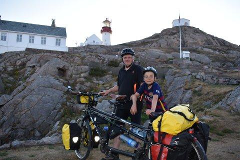 Nådde målet: Tom Rune Fjellgård og sønnen Magnus Fjellgård Strøm (12) klarte målt sitt med glans, og turen gikk til og med bedre enn forventet. Her står de ved Lindesnes fyr, som var endestasjon for turen.