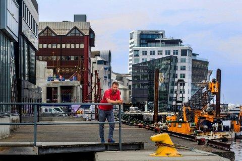 Anders Coucheron, direktør for eiendomsutvikling i Hundholmen byutvikling, ved tomta som skal huse det nye hotellet i Sjøgata.