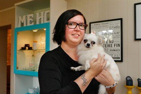 Sandra Schistad, sammen med hunden Knut.