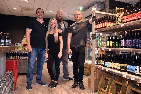Bildet er fra åpningen av ølutsalget i 2017: F.v bak) daglig leder Stian Kristiansen, driftssjef i Gulating Tom Anders Solberg, ansatt Tom André Rekdahl. (I midten) Vilde Kristiansen.