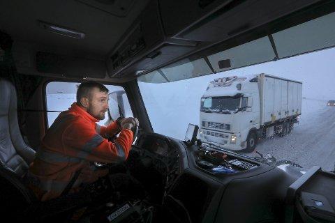 Alene: Kim-André Pedersen (25) tilbringer mesteparten av arbeidsdagen helt alene i brøytebilen. Han er nødt til å være veldig forsiktig når han er ute og kjører.