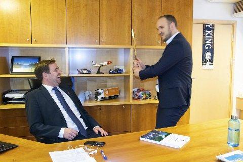 Samferdselsminister Jon Georg Dale spøker med sin ferske statssekretær, Allan Ellingsen, inne på kontoret i Samferdselsdepartementet. De to kjenner hverandre godt fra før.