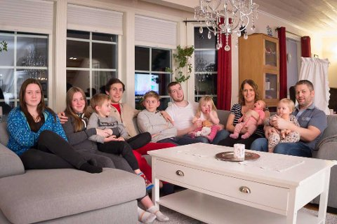Tuva (14), Linnea (15), Linus (7), Markus (20), Sivert (12), Kristoffer (23) med datteren Ariel (2), Ann Helen (43) med Kornelia (6 uker) og Børge  (42) med Sannah (2). Vilde (20) og Johannes (21) var ikke til stede da bildet ble tatt.