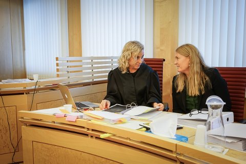 Advokat Kristin Fagerheim Hammervik (t.v.) er prosessfullmektig for HR-sjef Monika Moen og Coop Nordland.