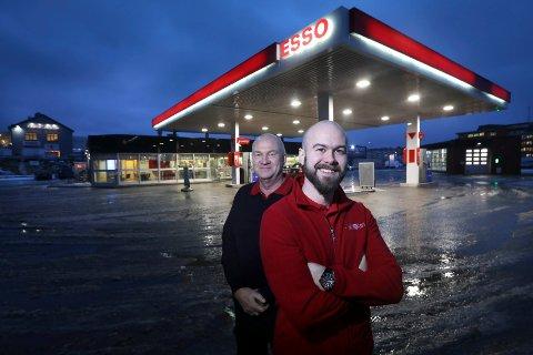 To generasjoner: Ole Løberg (64) spurte om sønnen Ole Marius Løberg (35) ønsket å ta over jobben som sjef for Esso-stasjonene - det ble et positivt svar.