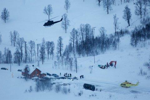 Et Bell 412-helikopter fra Forsvaret letter fra leteaksjonens kommandoplass i Tamokdalen fredag. Søndag formiddag ble det besluttet å gjenoppta letingen, men forsøket måtte avblåses etter kort tid på grunn av dårlig vær. Foto: Ola Solvang