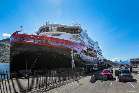 Hurtigrutens splitter nye ekspedisjonsskip MS «Roald Amundsen» ved kai i Tromsø. Skipet har 15 norske offiserer og et mannskap på 70–80 personer fra Filippinene.