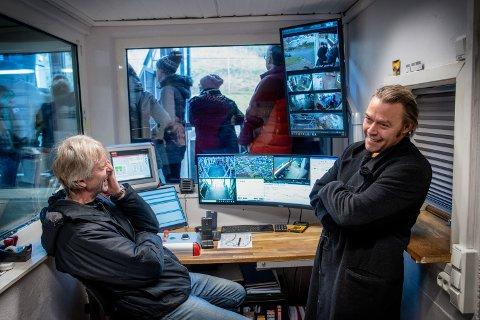 I DET ALLER HELLIGSTE: Kontrollrommet i nedre stasjon er der alt skjer. Driftsleder Jan-Åge Magnussen (til venstre) har fått en enklere hverdag med de nye taubanene. Driftsleder og for tiden daglig leder, Guttorm Jakobsen (til høyre) har fått Fjellheisen-livet inn fra barnsben av.