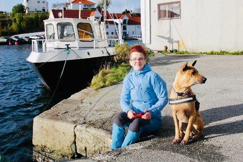 SÅ NÆR REDNINGEN: Mellom båten bak henne og kaien fant Anita-Irèn Glitza 20-åringen som kjempen for livet i det kalde vannet i Smedasundet. Hadde han vært litt mer lokalkjent hadde han kanskje klart å redde seg selv opp steintrappa der Glitza sitter.