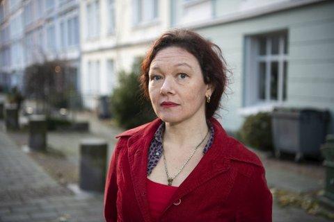 Annika McKibbin (44) er tobarnsmor og forteller åpent om utilstrekkeligheten ved å være fattig.