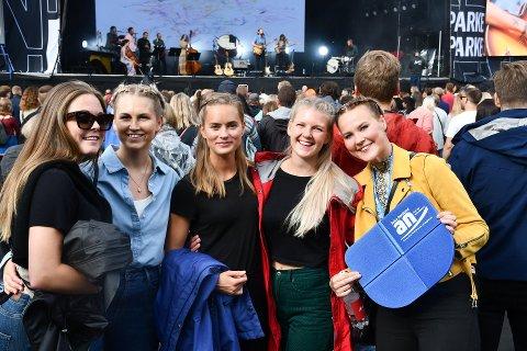 67 prosent av publikumet på Parkenfestivalen er kvinner. Og 90 prosent er under 50 år. Her ser vi Karianne Danielsen, Camilla Nordvik, Synnøve Berntsen, Nann-Ramona Rydningen og Heidi Larsen som koste seg under årets festival.