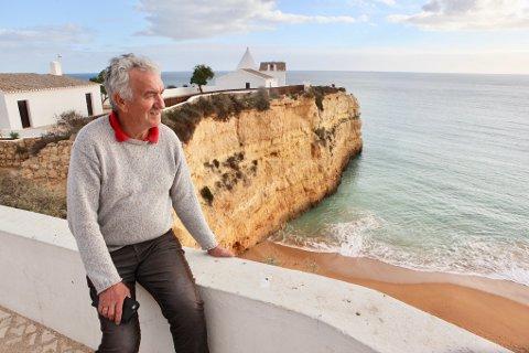 Fra Quinta Polaris er det bare en kort spasertur ned til flotte strender for tidligere BBL-sjef Ole Salomonsen.