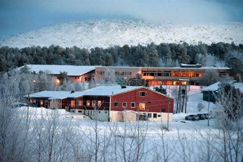 For få: Drag skole (bygget bakerst) har for få samisklærere til å kunne gi elevene den samiskopplæringen de har krav på.