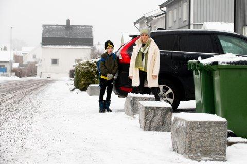 REAGERER: Thea Bråten Christensen reagerer på at kommunen satte ut store steiner foran innkjørselen hennes, uten å si fra på forhånd. Her med sønnen Nemo Bråten-Løvstad (8).